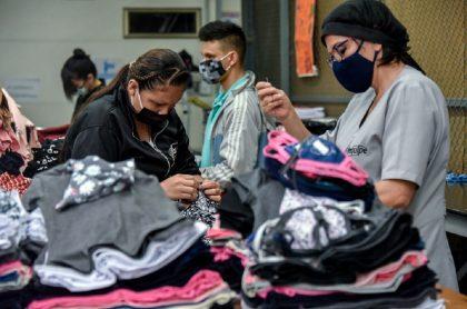 Trabajadores colombianos en fábrica: la pandemia les pegó (de primero y más duro) a los empleados con menores ingresos.