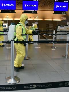 Equipos de desinfección limpian el Aeropuerto El Dorado de Bogotá durante la pandemia de COVID-19.