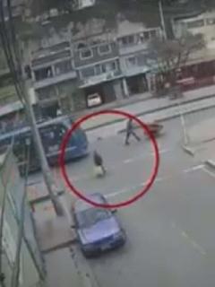 Imagen del momento en que un conductor de bus de SITP atropelló a adulta mayor