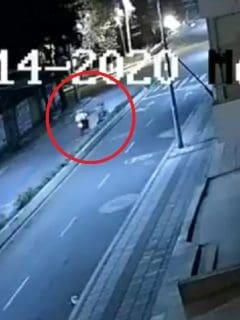 Imagen de los policías que empujan a un ciclista, en Popayán