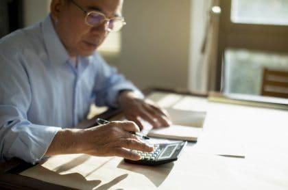 Persona haciendo cuentas: Alfredo Barragán, experto en finanzas personales, entregó varios consejos para manejar ingresos y gastos mensuales.