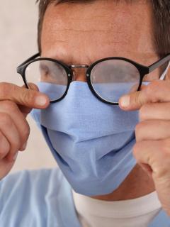 Ilustración de hombre con gafas empañadas, a propósito de los trucos para que esto no ocurra