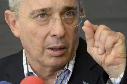 Álvaro Uribe, cuya libertad tardaría unas semanas más, habla en rueda de prensa en 2017.