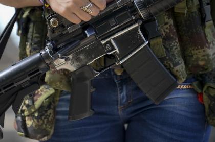 Persona con arma de fuego: confirman reclutamiento de menores por parte de disidencias de las Farc.