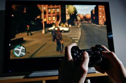 Usuario juega en un PS4, una de las consolas que recibirá nuevos juegos el 22 de septiembre