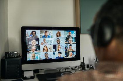 Imagen ilustrativa de un hombre haciendo una conferencia virtual.