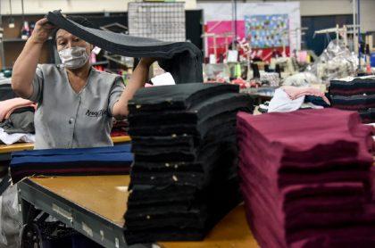 Trabajadores colombianos: Gobierno busca subsidiar el 50 % de la prima de servicios de mitad de año.