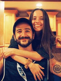 Camilo y Evaluna el día que obtuvieron las llaves de su nueva casa, que aparece en el video de la canción 'Vida de Rico'