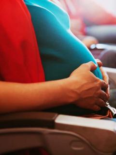 Mujer embarazada en avión, ilustra nota de bebé que nació en pleno vuelo