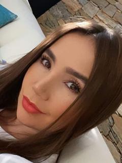 Paola Jara, cantante a la que fans le dicen que parece embarazada de Jessi Uribe por una foto en un concierto.