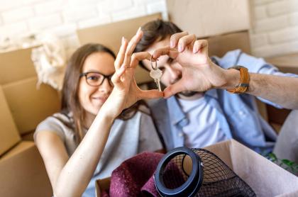 Imagen de pareja estrenando casa para ilustrar nota sobre los nuevos proyectos de vivienda de interés social de compensar