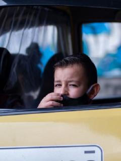 Un niño porta tapabocas por la pandemia de COVID-19 en Bogotá, donde la contaminación también ha matado a cientos de personas.