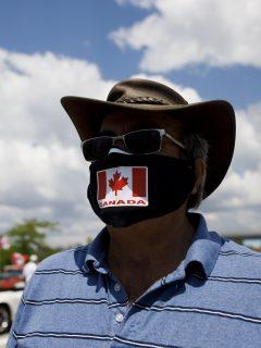 Imagen de hombre usando tapabocas con la bandera de Canadá ilustra nota sobre advertencia de rebrote de coronavirus en ese país