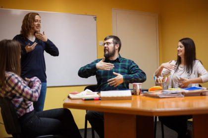 Clase de lenguaje de señas, el cual buscan que sea obligatorio en universidades de Colombia