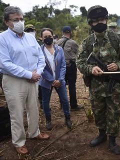 Ministro de Defensa, Carlos Holmes Trujillo, criticado por una publicación halagando soldados luego de que uno matara a Juliana Giraldo, y varios militares.