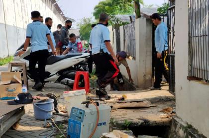 Foto de la alcantarilla por donde salió un chino que con un destornillador cavó un túnel de 30 metros para fugarse de la cárcel.