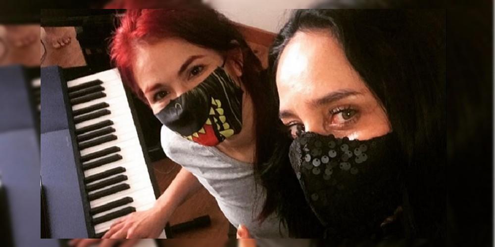 Tatiana Jauregui, Dominga en 'Pasión de gavilanes', tocando piano con Diana Ángel.