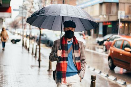 Ilustración de hombre bajo la lluvia, a propósito de si el tapabocas deja de servir si se moja