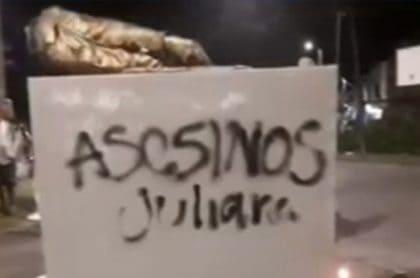 Monumento al soldado fue derribado en rechazo a muerte de Juliana Giraldo