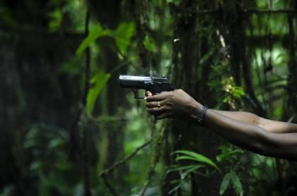 Hombre con arma, imagen de referencia: enfrentamientos entre grupos armados ilegales dejan varios muertos y heridos en Tumaco, Nariño.