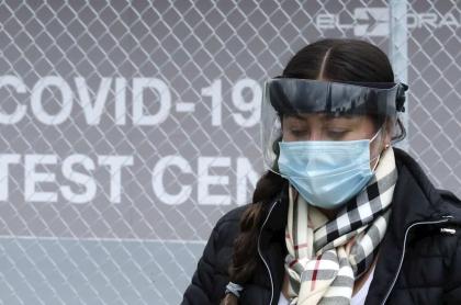 Coronavirus en Colombia: casos y muertos hoy septiembre 26. Mujer con máscara en Bogotá.