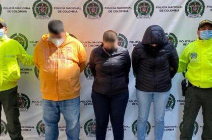 Imagen del momento en que capturan a mujeres que engañaban y robaban a extranjeros