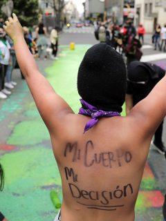 Una manifestante grita consignas en una calle de Bogotá durante una protesta para pedir la despenalización del aborto en Colombia.