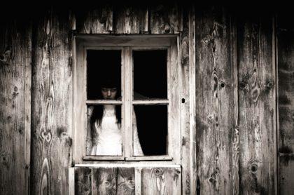 Supuesto fantasma se aparece en una casa de Indonesia.