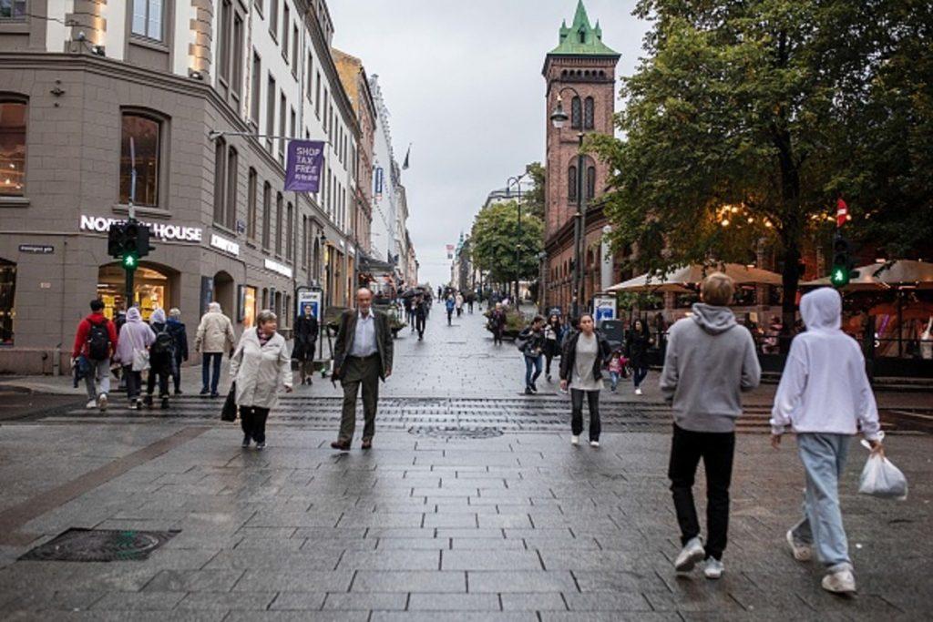 Karl Johans Gate, una de las principales calles de Oslo, Noruega.