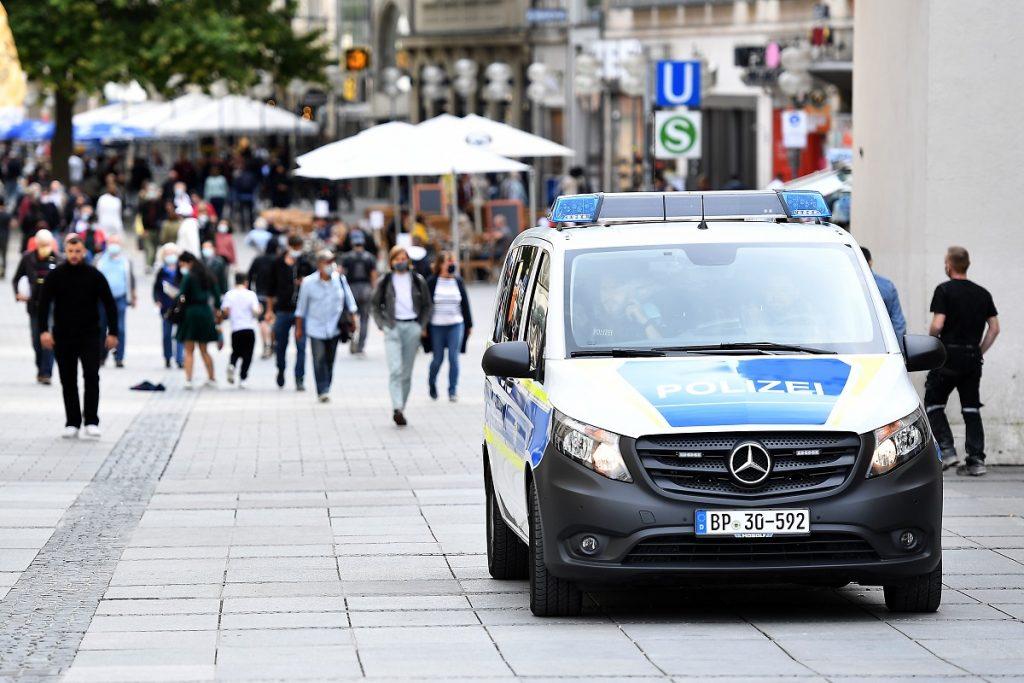 Patrulla de policía en el centro de Múnich, Alemania.