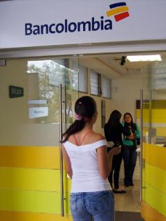 Sucursal Bancolombia Universidad de Medellín: Bancolombia anuncia que reactivará los cobros por transacciones que se hagan a otros bancos.