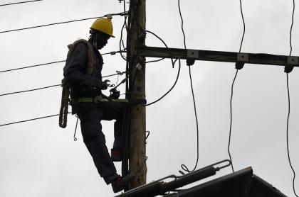 Técnico electricista en poste ilustra artículo Se apaga Electricaribe y se prende la expectativa en la Costa