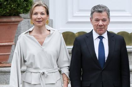 'Tutina' de Santos y Juan Manuel Santos, quienes se convirtieron en abuelos por segunda vez en el 2020, en una visita a los reyes de España en 2018.