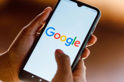 Celular con la aplicación de Google abierta.