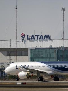 Avión de Latam Airlines, que ilustra nota de aumento de vuelos en octubre