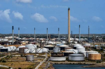 Refinería de petróleo Isla alquilada por la petrolera estatal venezolana PDVSA en Willemstad, Curazao, ilustra artículo Venezuela sufre caída del 99 % de ingresos petroleros