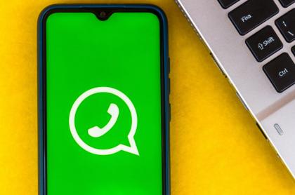 Celular con logo de WhatsApp.