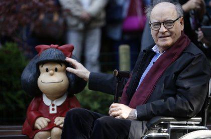 Imagen de Quino posando junto a una escultura de Mafalda para ilustrar nota sobre las mejores frases de Mafalda