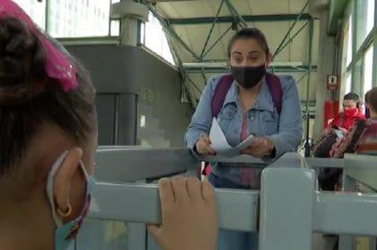 Imagen de la profesora que da clases a estudiantes pobres en metro de Medellín