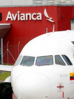 Avión de Avianca en aeropuerto: el Tribunal Administrativo de Cundinamarca mantuvo suspensión de desembolso de crédito.