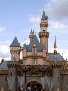 Imágenes de Disney y United Airlines, dos empresas relacionadas con los despidos masivos en Estados Unidos