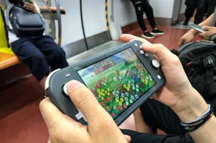 Persona jugando con su Nintendo Switch: Nintendo contó cada cuánto se tienen que cargas las baterías de estos dispositivos.