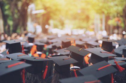 Imagen de estudiantes graduándose, a propósito de las becas a las que puede aplicar los colombianos para irse al exterior.