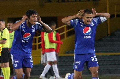 Jugadores de Millonarios celebrando un gol, dónde ver en vivo Millonarios vs. Bucaramanga