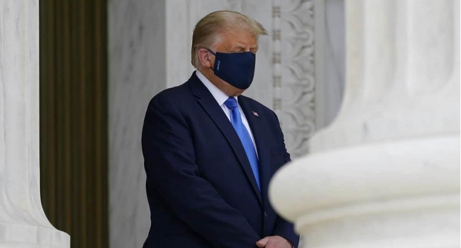 El presidente de Estados Unidos, Donald Trump, usando un tapabocas, como pocas veces se le vio hacerlo.