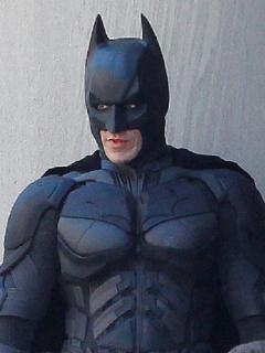 Christian Bale, interpretando a Batman.