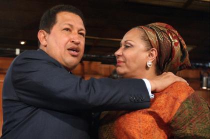 Hugo Chávez y Piedad Córdoba, que reveló que el fallecido expresidente de Venezuela le echó los perros