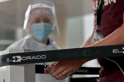 Imagen de protocolos en El Dorado, donde 3 pasajeros llegaron contagiados de COVID-19