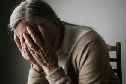 Anciana, ilustra de anciana vejada por una auxiliar de un geriátrico