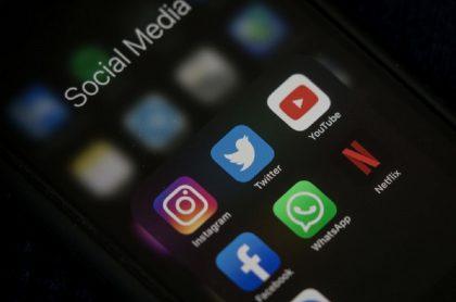 """Redes sociales en teléfono: Facebook respondió documental de Netflix sobre redes sociales """"distorsionado""""."""